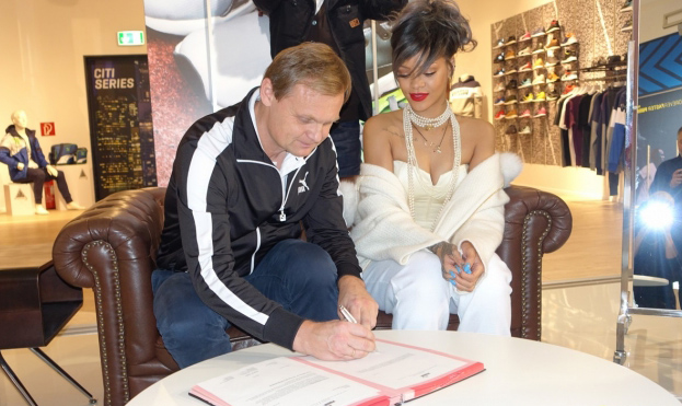 rihanna-signs-contract-as-pumas-global-brand-ambassador-03-645x431
